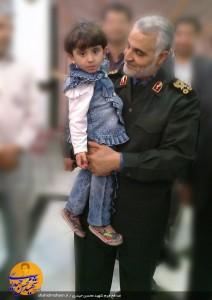 دختر شهید محسن حیدری در آغ.ش حاج قاسم سلیمانی